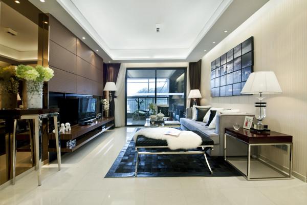 乳白色的舒适感极强的布艺沙发是客厅的焦点所在,加上落地灯的苹果光渗透和笼型吊灯的光影点缀,整个空间更自然温馨不失趣味。