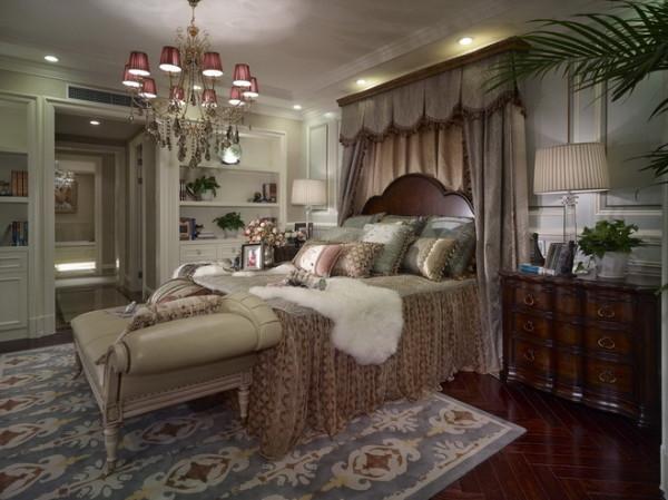 宽大的家具显示一种庄重之感,实木的家具和印花的布艺,处处透着自然和随性。