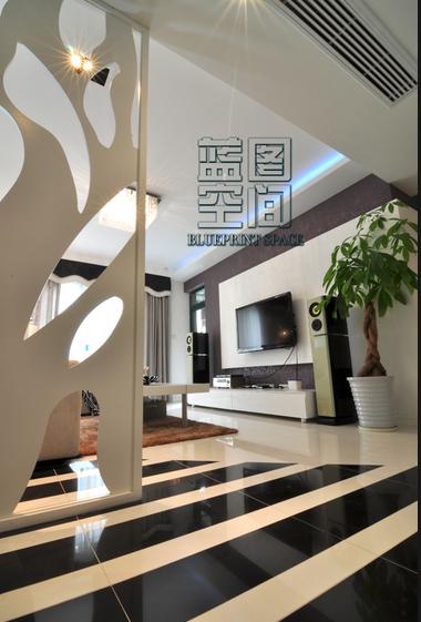 电视背景墙棕色为主色调,白色底纹。客厅选用瓷砖看上去整体客厅光亮大气。