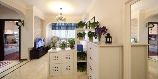 门厅用柜子做了鞋柜和收纳之用,用绿色植物点缀,风水上为业主考虑到位,植物有助于净化空气,提亮空间