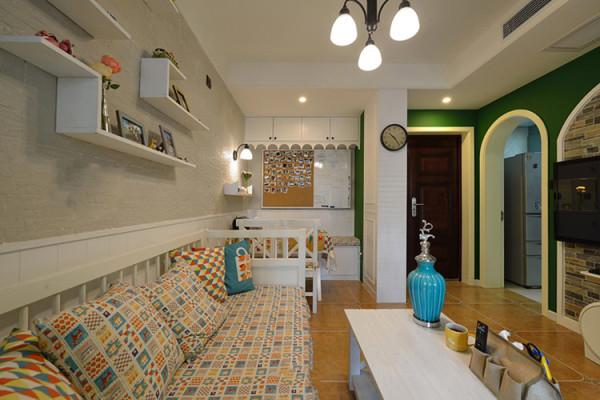 墨绿,橙黄,湛蓝,玫红,色彩的完美撞击与融合,让家具时刻舞动在多彩的空间中,椰子树般的绿意和极具美式风格的拱形背景以及餐厅背景墙上的生活小细节……