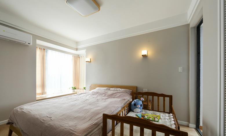 卧室图片来自家装大管家在125平原木时尚复式 营造轻松自然的分享