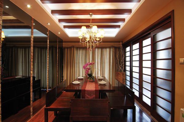 餐厅的装修设计采用推拉门的形式作为阻隔,中式建筑的另一特色是木材结构的间架,正面为门。
