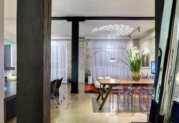 一张木制的桌子,六张透明的椅子体现了主人热情好客的性格