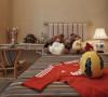 儿童房的卧室装修采用颜色多彩的条纹作为装饰搭配灯饰和布偶增添了童趣和欢乐。