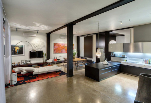 设计师采用木梁和柱子巧妙地将客厅、餐厅和厨房分开,但同时将三个不同的区域保持在同一个连续的平面上。