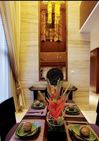 餐厅以简单的天花边窗帘搭配古色家具,铺述出古典的浪漫氛围