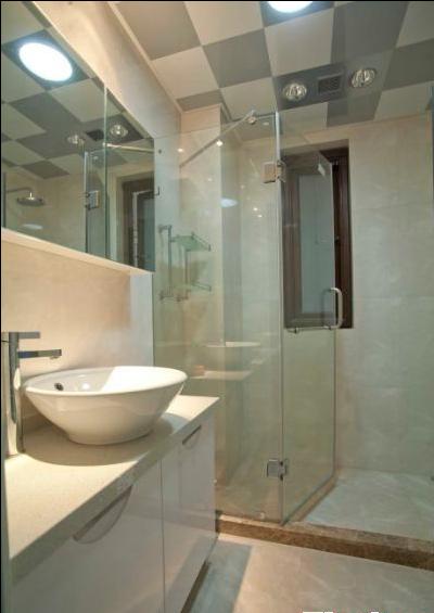 白色的浴室柜和简单的配置让卫生间显得清爽大方