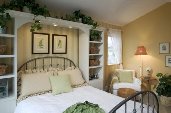 床头上绿色植物自然下垂与装饰画共同构成了一道亮丽的风景线