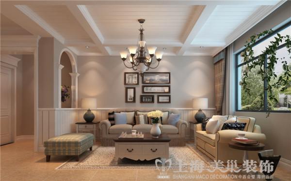 鑫隆花园170平三室两厅美式乡村装修效果图-沙发背景墙,传统的美式沙发,复古的木质角柜,墙壁上挂着的美式传统装饰画,不经意间造就了其自在、随意的不羁生活方式。