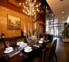 餐厅的餐桌和灯饰设计,给人温馨舒适。