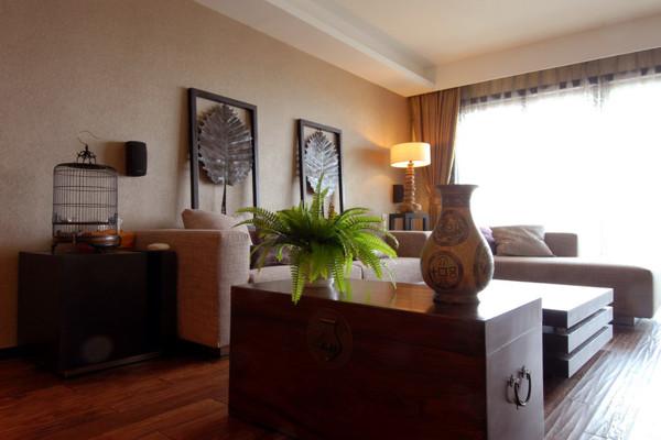 客厅装修对于中式来说最少不了的就是绿植的搭配,给木质的家具增添了生命力。