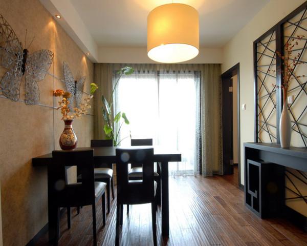 中式风格餐厅设计,精雕细琢的蝴蝶装饰再加上灯饰的点缀瑰丽奇巧。