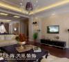 郑州建业贰号城邦160平四室两厅新古典装修案例——沙发墙和电视墙相呼应,银色磨花玻璃点缀,把空间的整体氛围表现的更加温馨。