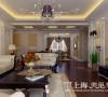 贰号城邦装修160平四室两厅新古典效果图案例——客厅电视墙,采用白色护墙板和米色壁纸结合,用深色的电视柜和壁灯加以点缀,显得更加沉稳大方。