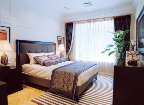 卧室的设计简单的造型和黑色大气的设计,让整体的空间看起来很有厚重感。