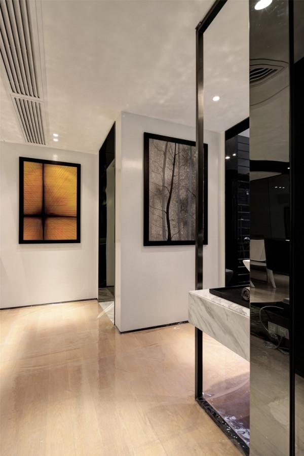 玄关走廊处的装修设计简约而不简单,玻璃的利用既显得前卫又时尚