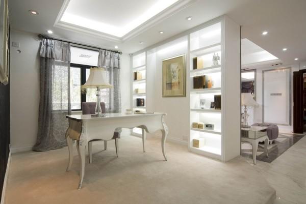 墙面的设计看起来很大气,玻璃的隔断也很美观,让整体的空间和谐、完美。