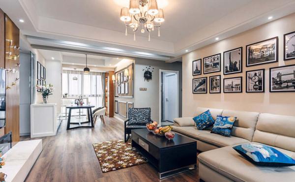 简单的布艺的沙发配合经典相框组合的舒适情调