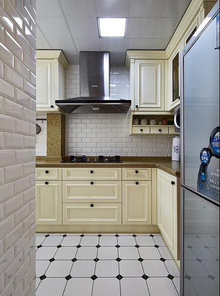 电视机背面就是厨房了.把厨房外小阳台包进来了,可惜宽度小了点,总共只有1米4多,除去台面宽度,刚好放下一个水槽而已,适合单人操作.