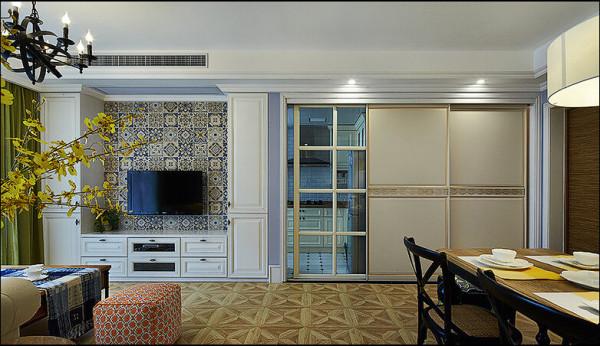 厨房采用玻璃推拉门,视觉厨房更大,而且在客餐厅形成了明显区分作用