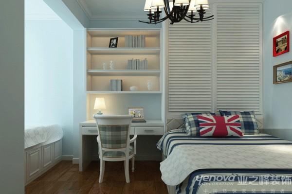 此区域为儿童房,因为房间比较小,并且要考虑儿童储藏、学习的功能,所以设计师利用床头的位置做成柜子,在旁边做了书柜带书桌。并且把飘窗利用成为休闲的位置。
