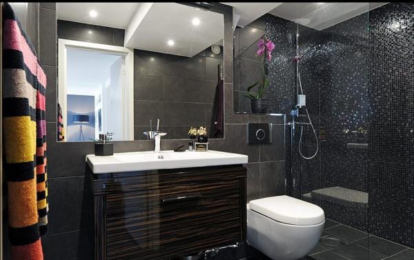卫生间的马赛克虽然是黑色,但灰色的穿插光的反射都有了不一样的效果。
