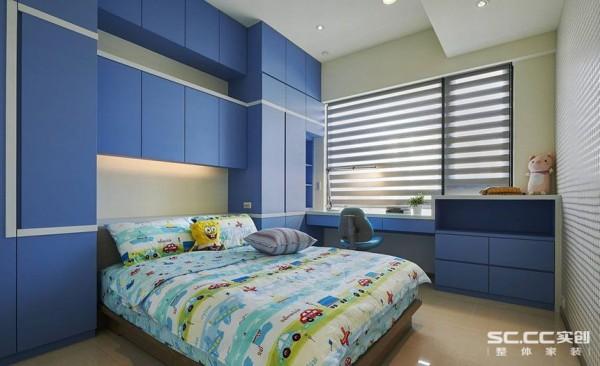 善用宽适的屋高尺度,蓝色收纳柜体宛如积木般,堆叠出男孩房的收纳、阅读功能,白色的线框穿梭期间,雕塑空间的立体层次。