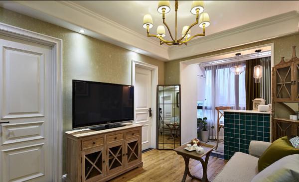 客厅的面积不是很大,为了视觉上给足空间感,一面落地镜,给了空间很好的放大感。原木色的储物柜、电视柜、茶几等,配上碎花墙纸和装饰画,让整个客厅充满艺术气息又不失浪漫。