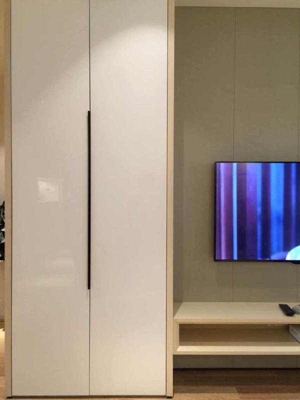 电视背景。硬包,结合柜体。在柜体的拉手上选着了 更显细节和精致的造型。