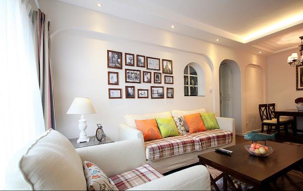 弧形的长方形背景造型配合相框与小窗户,加上舒适的沙发感觉,萌萌的