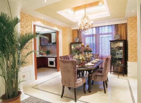 黄色作为整体的背景色,搭配着紫色华贵的窗帘和餐桌,整体浪漫。