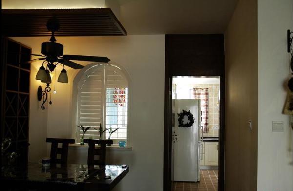 餐桌上的复古吊顶抬升空间,也创造了主题性。