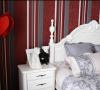 卧室背景墙与床的颜色对比分明。