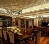 餐厅的主灯采用了和客厅相同的造型,微微下垂,华彩异常