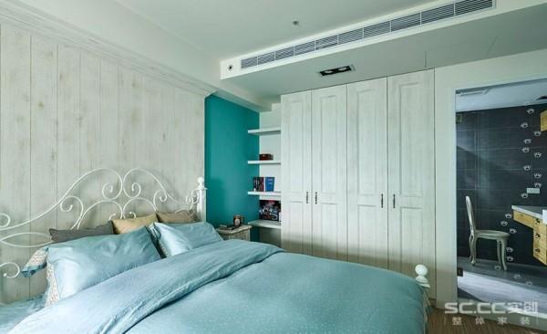 蓝漆色与仿旧处理的柜体立面,营造浪漫优雅的清新乡村风。