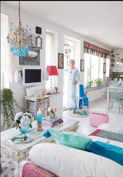 客厅和厨房。Elina注重室内的谐调问题,色调都大量地采用了白色,摆设在放置了大概的花景,体现了女性的感觉