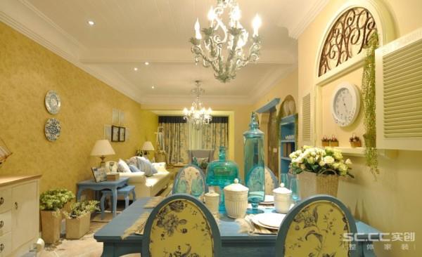 以弧形为主的家具,搭配浅蓝色花纹棉质布,在家具设计上大量采用宽松、舒适的家具来体现地中海风格装修的休闲体验。