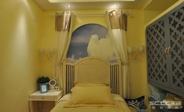 儿童房充分考虑到孩子的童趣,在床头背景上,打造拱形的背景墙,里面手绘天空的图案,留给孩子遐想的空间。镂空装饰门衣柜采用几何图案,增加趣味性