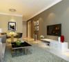 客厅大气、简约、沉稳,采用了白色和浅咖啡色相搭配,简约大方,同时耐脏又不易过时,体现了主人的内蕴品性。整个空间没有过多累赘复杂的造型,让人感觉既舒适又大方。
