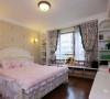主卧室 大大的欧式双人床,还做了墙边柜,实用指数飙升
