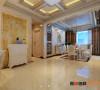 自然随意,主人喜欢金碧辉煌,古色古香,家具的摆设以及颜色的搭配都很协调。客厅以米黄色砖配深色的踢脚线,壁纸,灯,造型墙等等都是提升家的品味的元素
