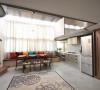 设计师透过楼梯转向顺势创造,纵向串联的简朴线性、大方迎窗延伸,公、私领域过渡间有了无声且最自然的幸福导引。