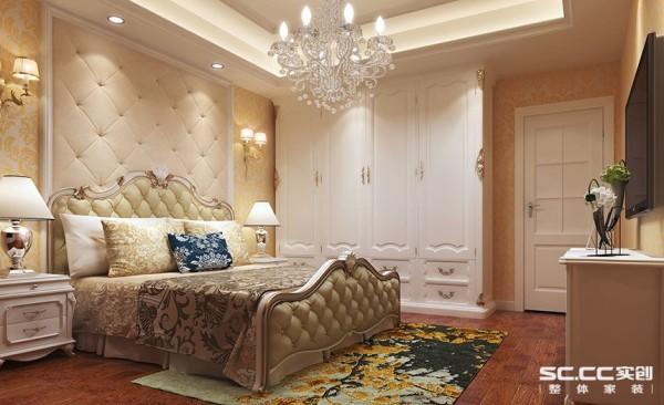 床头的软包是整个主卧空间的背景,以整体的软包背景为卧室的主背景,其他面用整体的墙纸带过,有主有次,整体空间的欧式感也有会比较有张力的表现出来