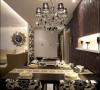 餐厅的设计简单、大气,铜质的黑色吊灯,墙面的造型设计,整体的搭配简单、美观。