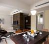 餐厅设计采用实木桌,业主比较喜欢,跟整体风格也比较搭配。