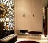 玄关的设计很时尚,镂空的铁艺设计在视觉上,整体宽敞,且具有艺术感,欣赏性。