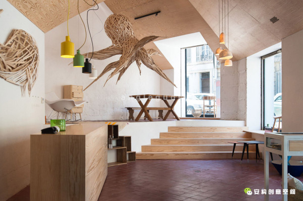 我们只增多一个天花板,两个楼梯,两座隔墙和盒装家具