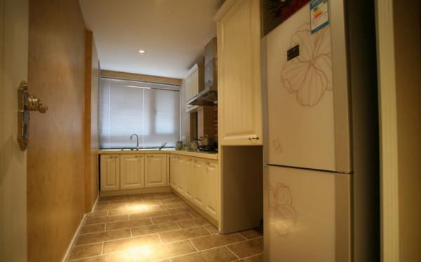 厨房的设计则是以简洁干净为主。