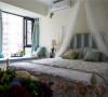 色彩的变化在卧室装修中能起到调节气氛的作用,为生硬的卧室带来一个暖色的浪漫。